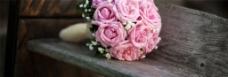 粉色手捧玫瑰花背景图