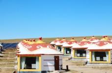 整齐排列的现代蒙古包