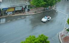 雨里驰行的警车