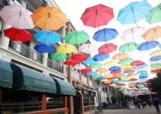 景区商业街悬挂彩色伞布置