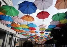 景区商业街悬挂彩色伞